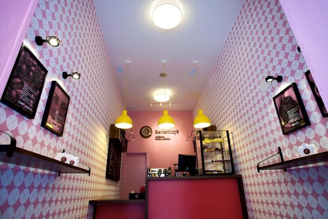 interior de una hermosa tienda de cafe