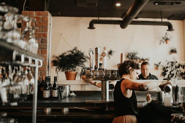 barista en joe bean coffee roasters