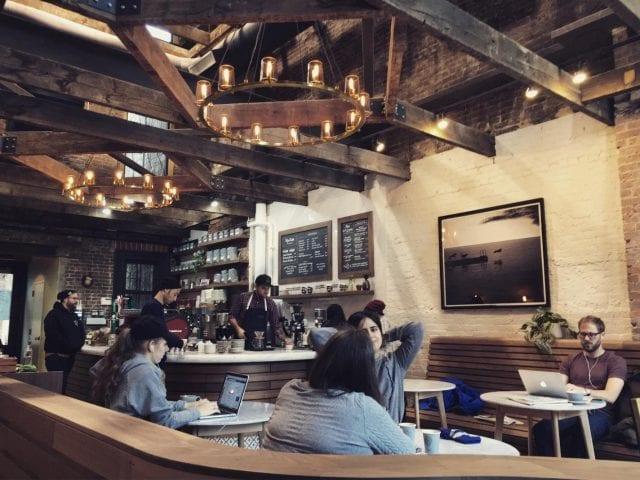 Una tienda de cafe contemporánea en un edificio historico