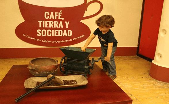 nuño jugando en museo de cafe