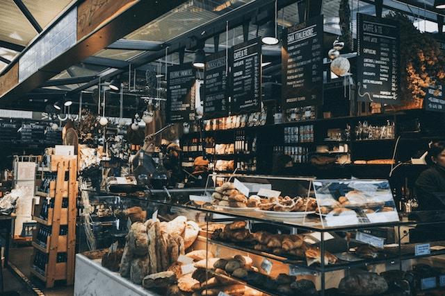una panaderia con amplia variedad de productos
