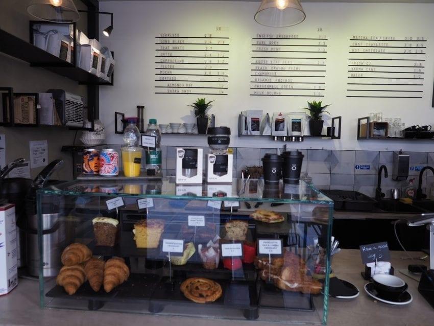 una vitrina con pasteleria de una tienda de cafe