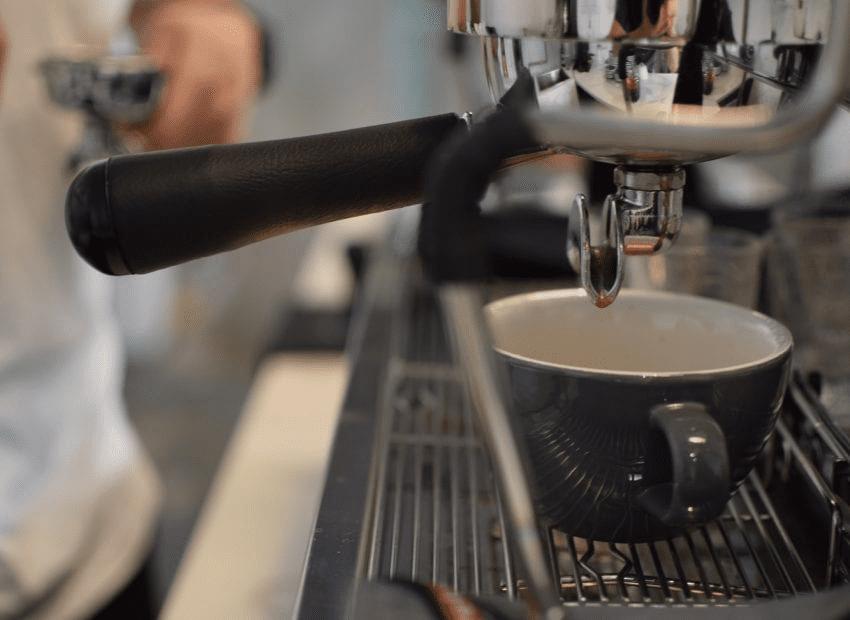 portafiltro de cafe con cafe molido