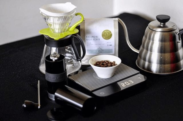 preparando cafe en casa