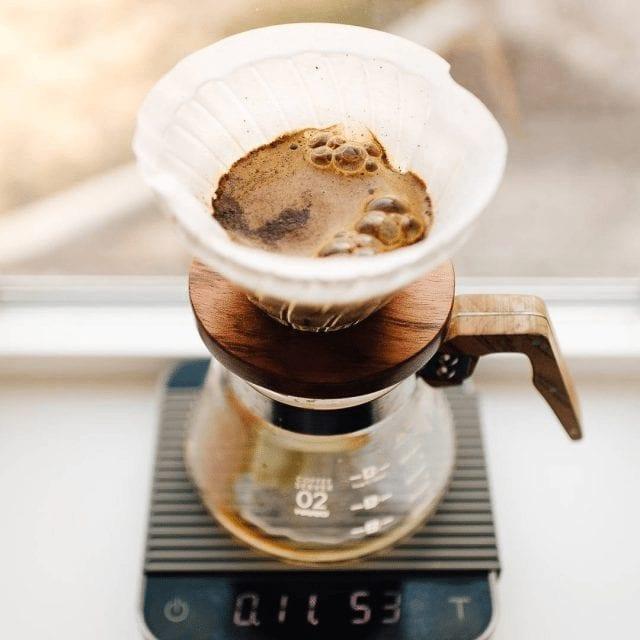 preparando cafe en v60