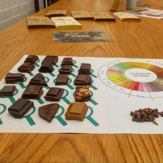 probando chocolates diferentes