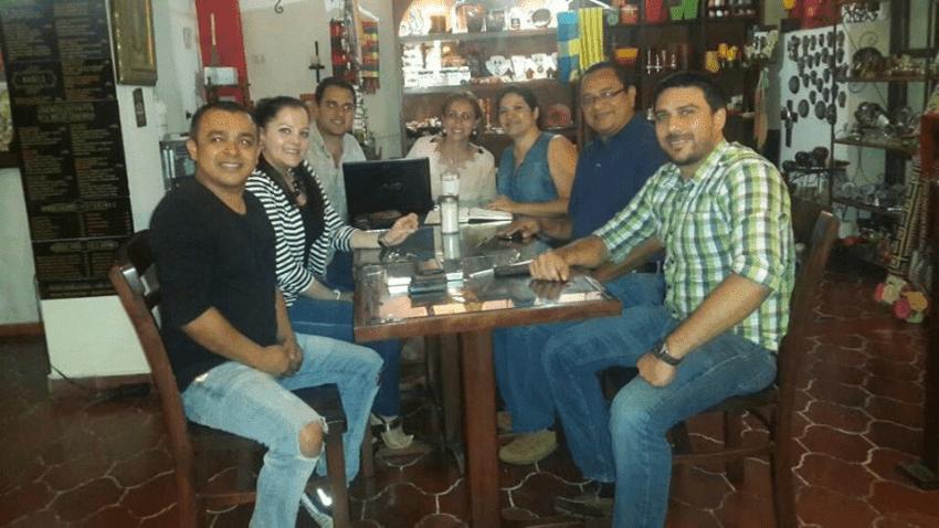propietarios de cafes reunidos en cafeteria