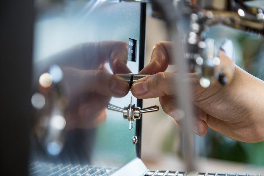 calibrando molienda para un cafe hecho en casa