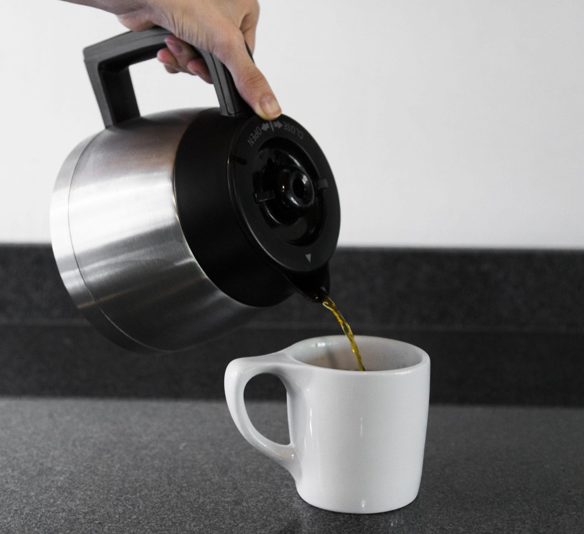 sirviendo cafe recien preparado