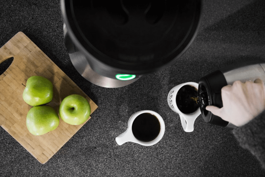 sirviendo cafe