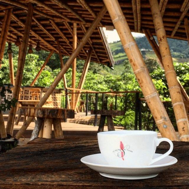 taza de cafe sobre la mesa lista para disfrutar