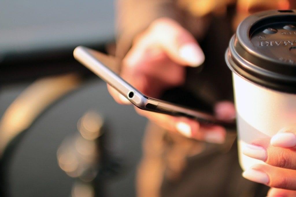 telefono celular y cafe