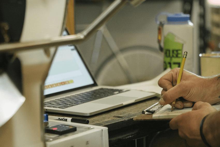 un tostador registra los datos del tueste de cafe