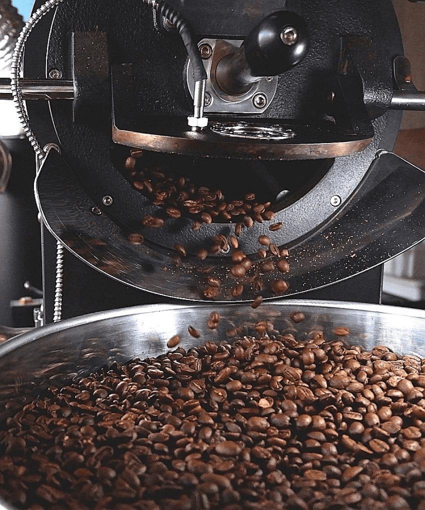 granos de cafe recien tostados