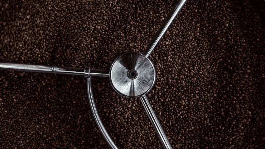 cafe siendo tostado para un pedido de un cliente