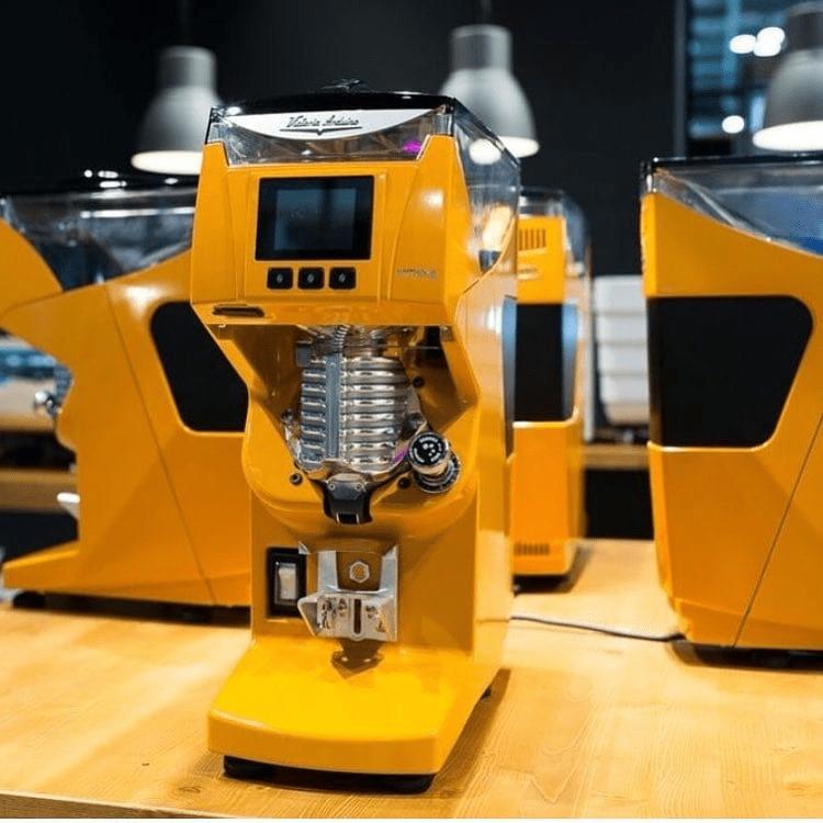 un molino de cafe en un exhibición internacional
