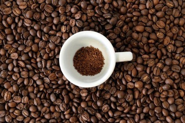 vaso con granos de cafe