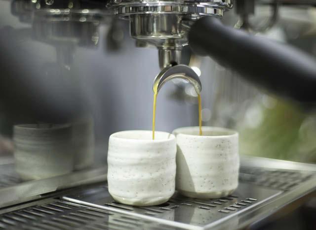 dos tazas de ceramica con espresso