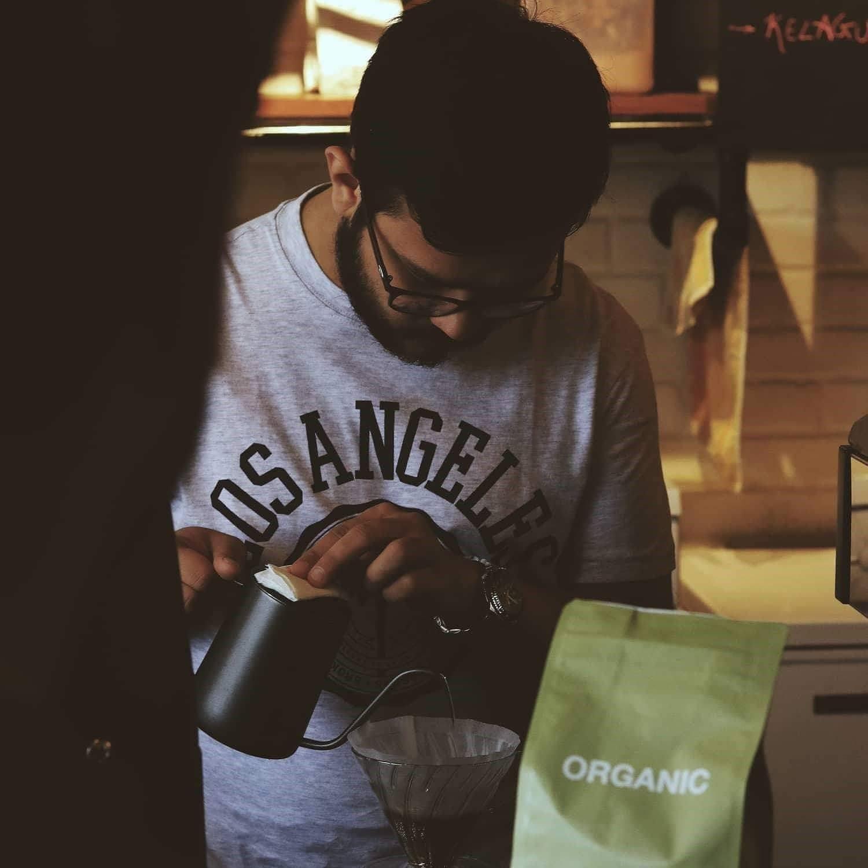 barista virtiendo café en un v60