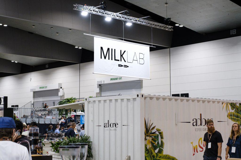 un contenedor que se usa como un laboratorio de leche en MICE