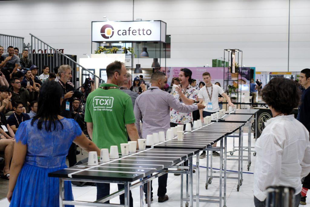 una mesa donde hay varios cafes para catar