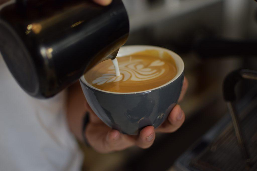 diseñando unn arte latte con leche recien cremada