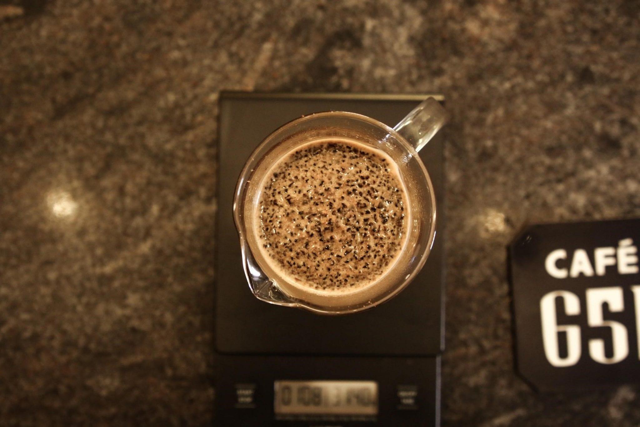 café siendo preparado en una prensa francesa