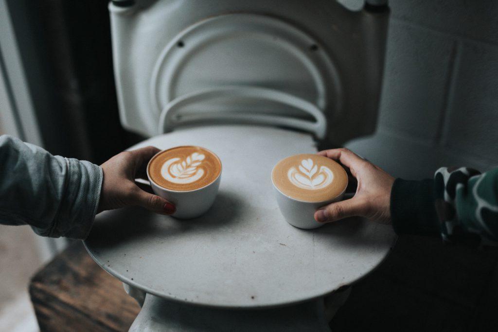 dos cafes latte con hermosos diseños de arte  latte