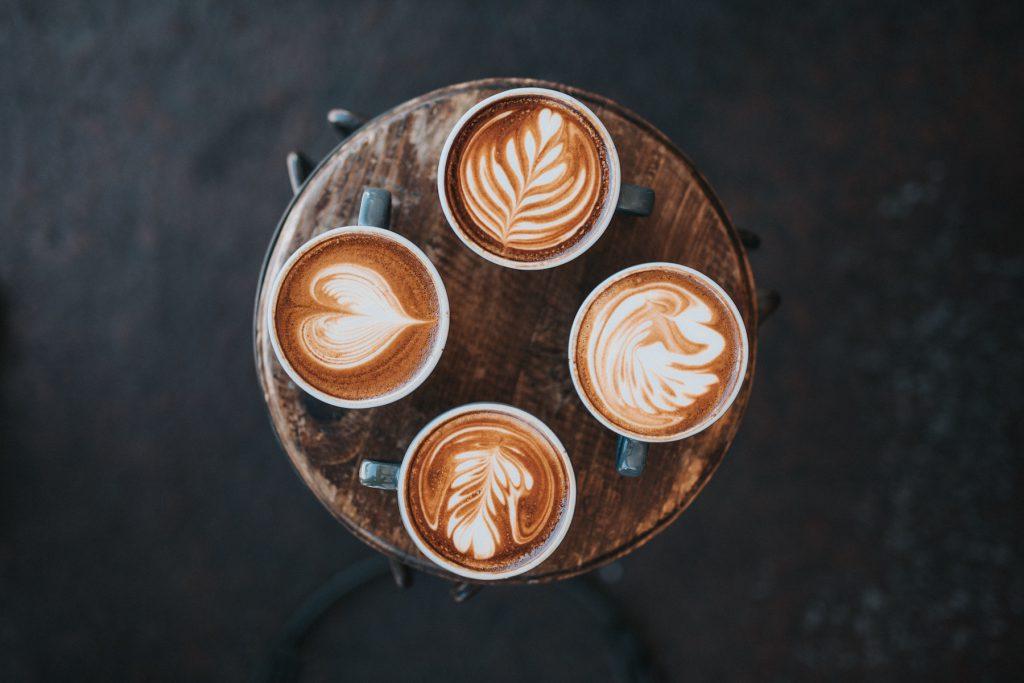 tazas de cappuccinos con diseños de arte latte