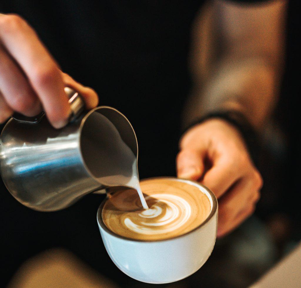 preparando cappuccino para un cliente