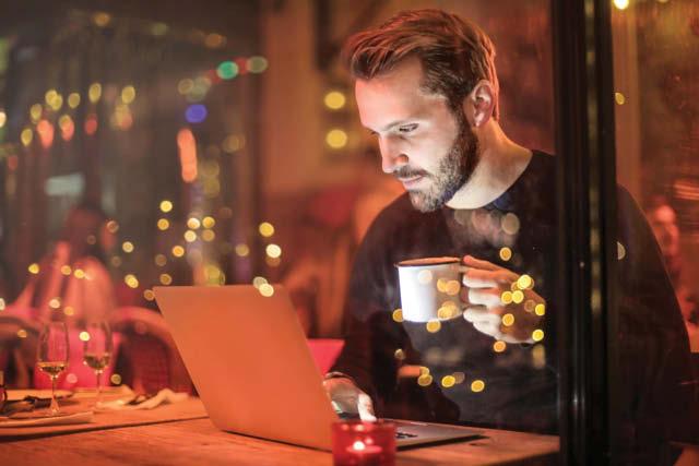 Hombre en un café