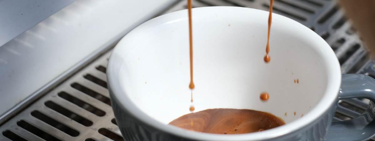 Espresso cayendo en una taza gris
