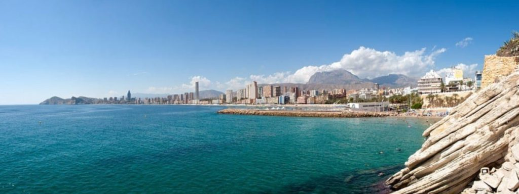 Vista de la playa en Alicante, España