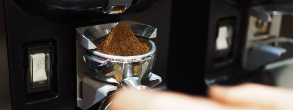 Café molido en un portafiltro