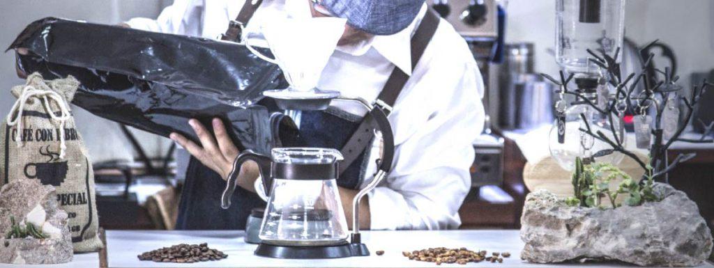 barista preparando todo para poder preparar café