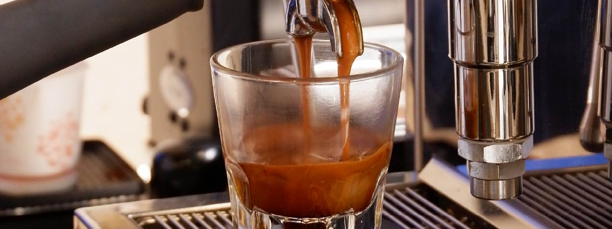Espresso cayendo dentro de un vaso