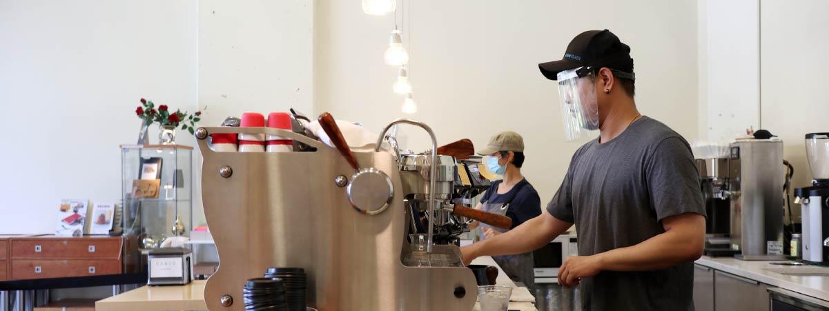 Barista preparando un espresso detrás de la barra
