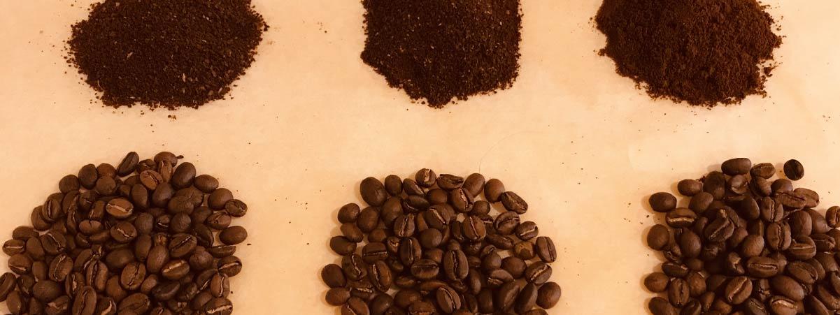 Muestra de granos de cafe y su correspondiente en molido