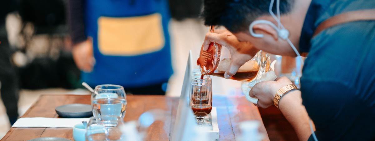 Barista sirviendo café de una prensa francesa preparando una bebida especial