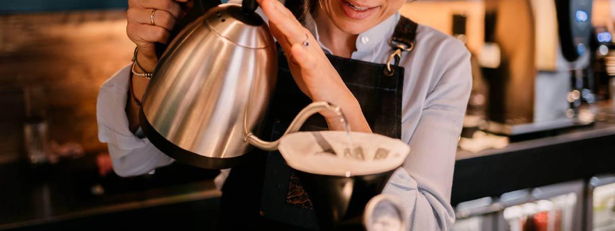 Barista preparando café con una V60