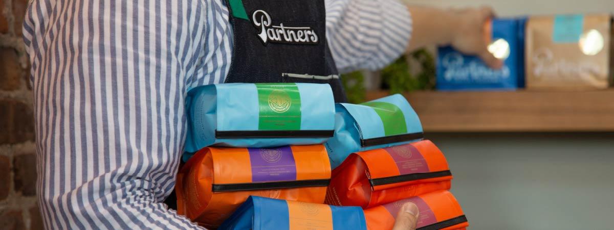 Barista ordenando bolsas de café tostado