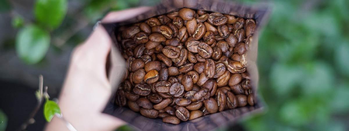 Bolsa abierta con granos de café