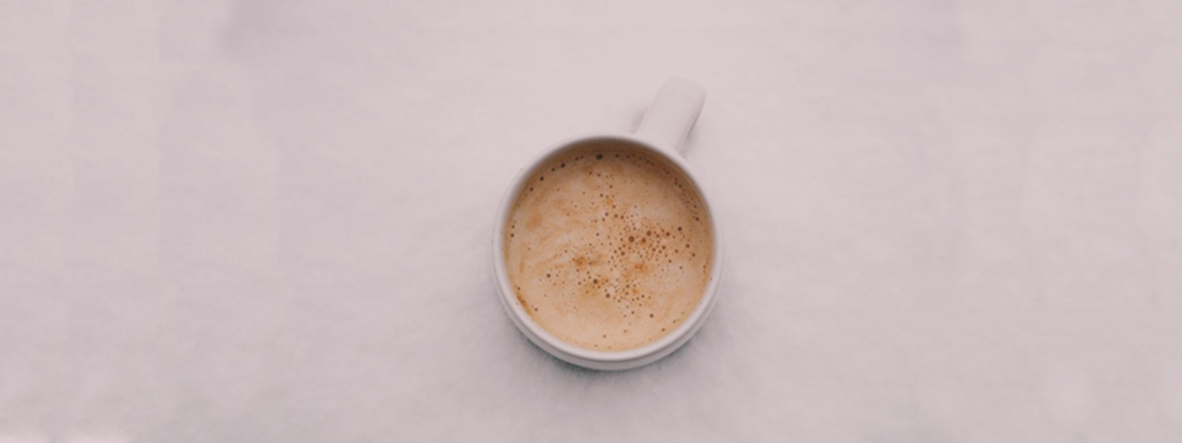 Taza blanca de café con leche