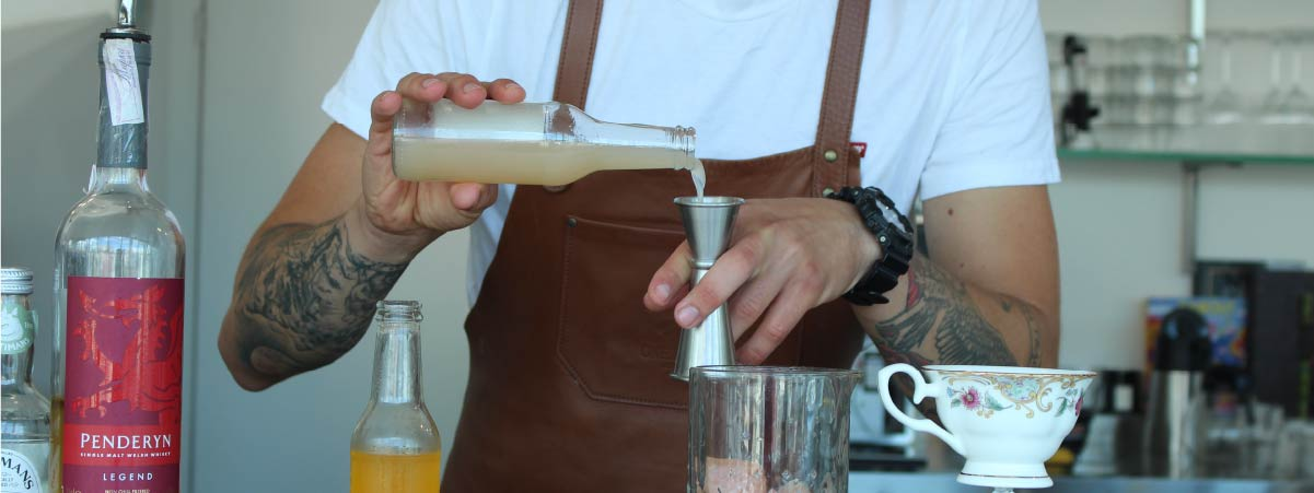 Barista preparando un trago con café