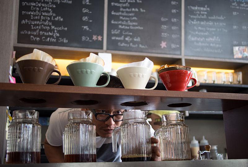 """Um barista monitora um suporte de filtrados: """"Takeway""""por Wikimedia Commons, CC BY 3.0"""