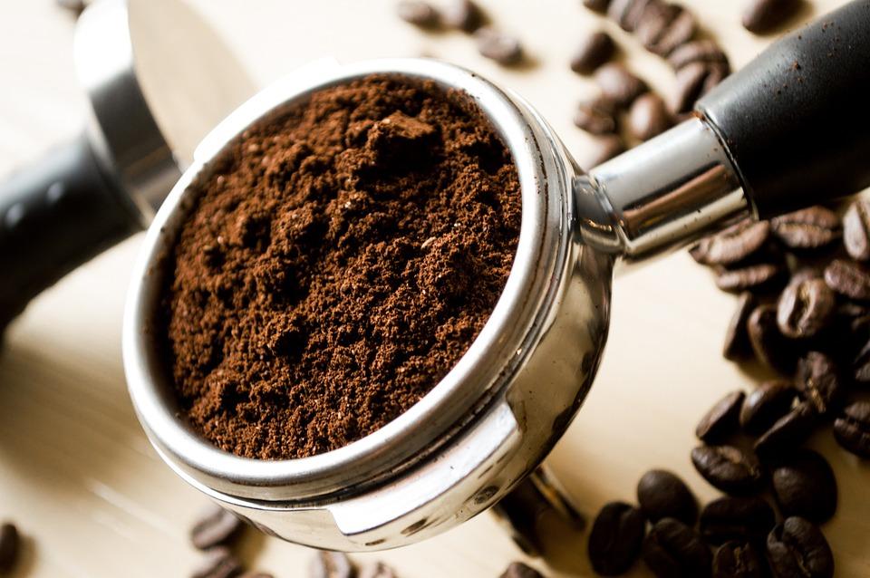 Café moído fresco em um porta-filtro, pronto para se tornar um espresso.
