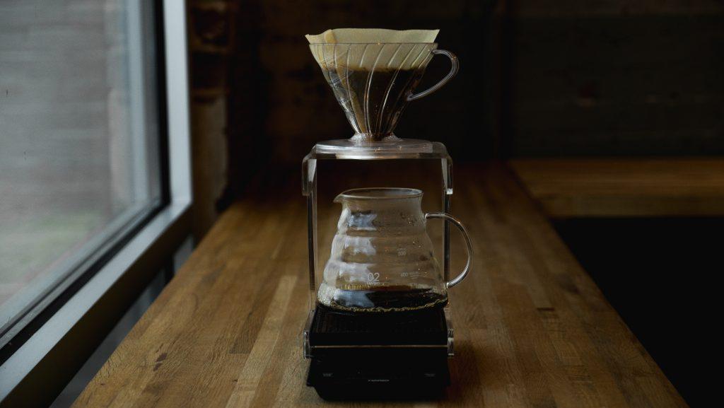 Café no V60 sendo extraído.