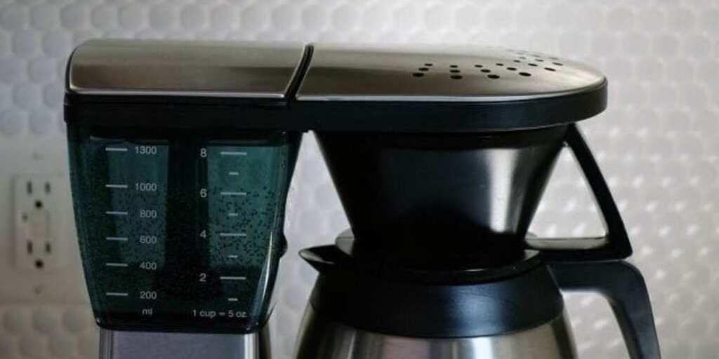 preparo de café na cafeteira elétrica