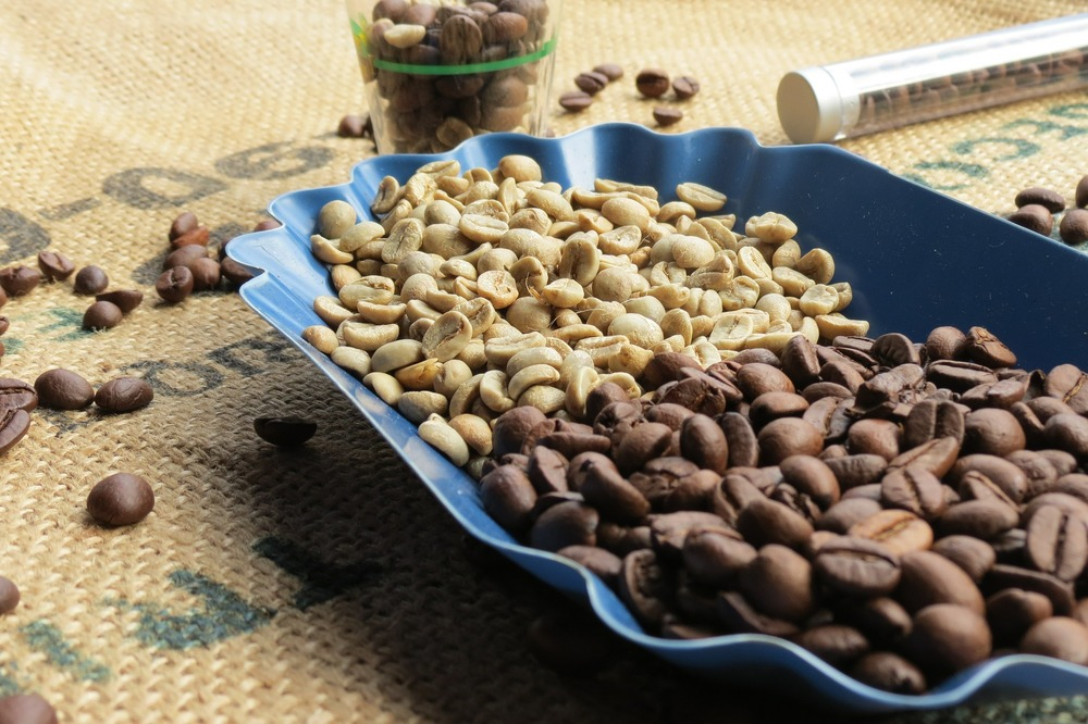 grãos de café verde e torrados