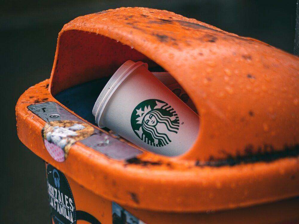copo de café descartado no lixo